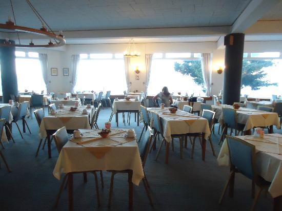 Hotel Tres Reyes: vista del comedor con ventanales al lago
