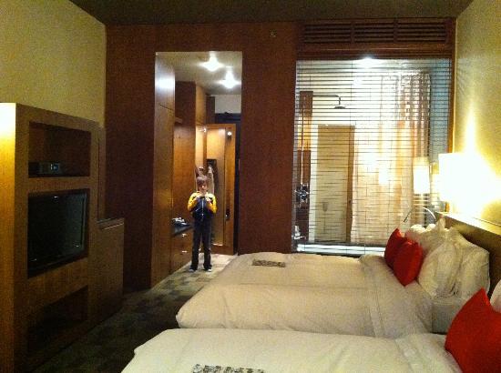 Le Germain Hotel Toronto Mercer: Chambres au plafond haut, teintes chaudes.