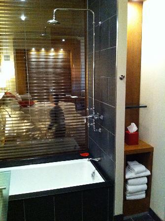 Le Germain Hotel Toronto Mercer: Salle d'eau luxueuse. Détente assurée.
