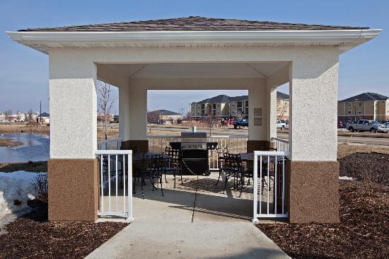 Candlewood Suites Champaign-Urbana Univ Area: Gazebo with Grills