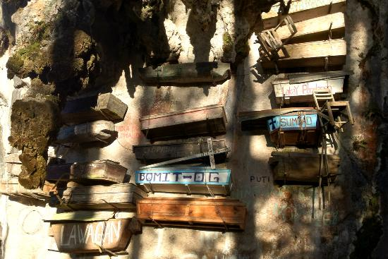 Cercueil suspendus de Sagada : The Chairs attached to some of the Hanging Coffins of Segada are the chairs in which the person