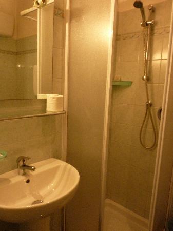 Hotel Oriente: Shower