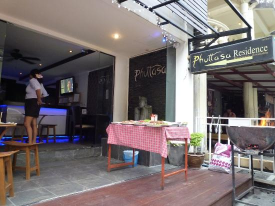 Mecca Beach Front Hotel Patong Phuket: mini bar & got internet pc
