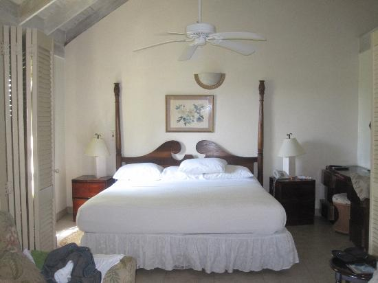 Yard Beach House: king bed