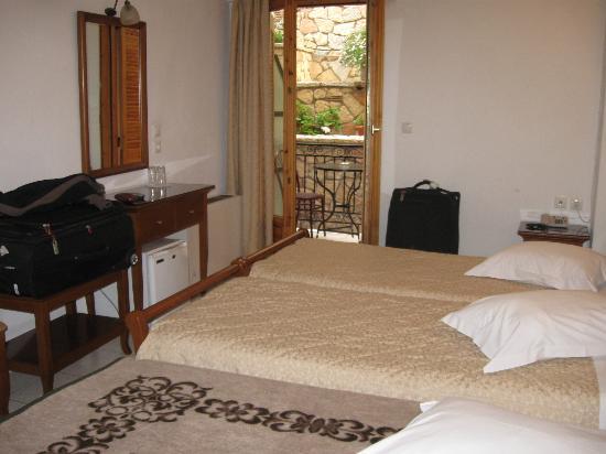 Pitho Rooms: Habitación triple, en el nivel de la recepción