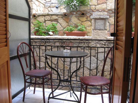 Pitho Rooms: Pequeño balcón de la habitación