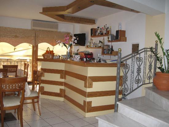 Pitho Rooms: Recepción y sala de desayuno