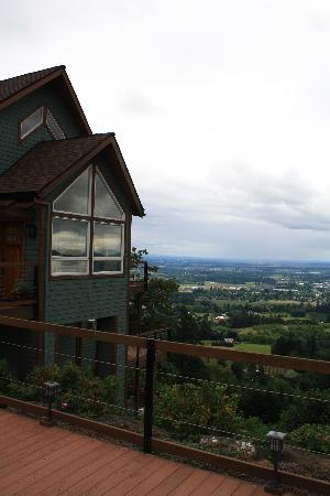 Chehalem Ridge Bed and Breakfast: Outside the B&B - the wonderful view!