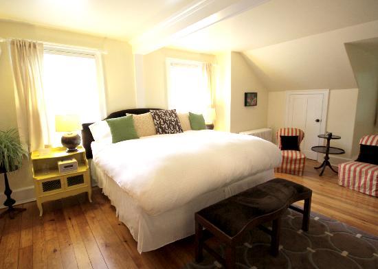 Snapdragon Inn: room eight