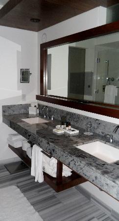 Fairmont Pacific Rim: Bathroom