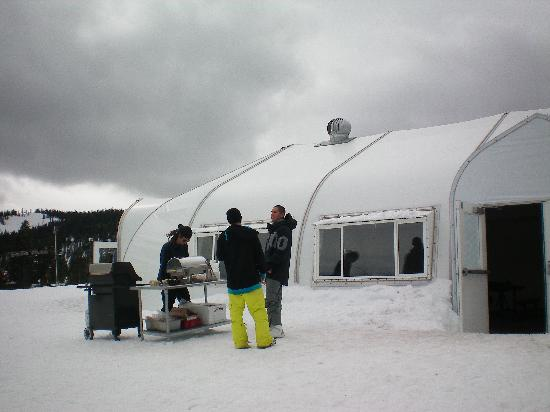 Homewood Mountain Resort: The Warming Hut at mid mountain. Great for a fast Bratwurst lunch