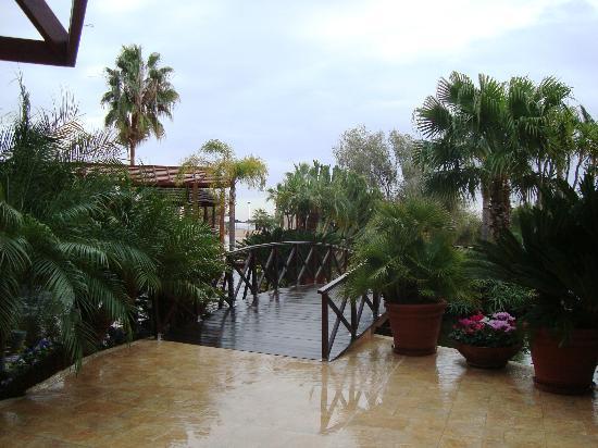 Four Seasons Hotel: Bridge over fish pond on a rainy day