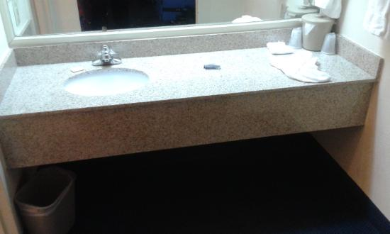 Red Roof Inn & Suites Wytheville: Vanity