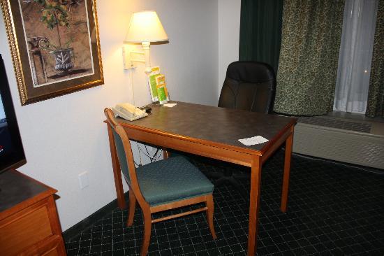 La Quinta Inn & Suites Las Vegas Summerlin Tech: The desk area