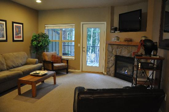 Collins Lake Resort: Living room w/gas fireplace