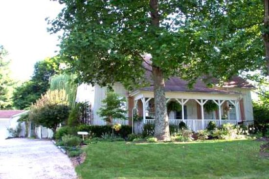 Southern Comfort Bed & Breakfast: Quietly secluded, conveniently located.