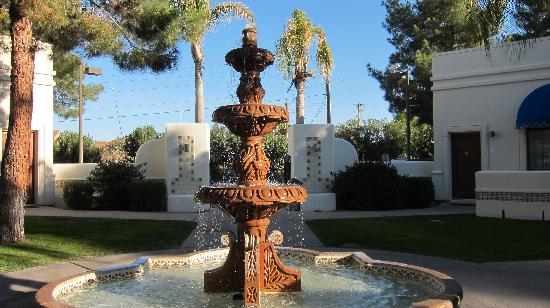 Arizona Golf Resort: Another view of the fountain near the 700s rooms.