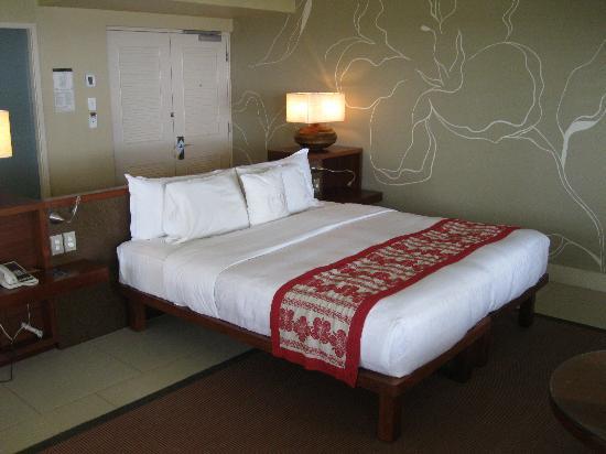 Sheraton Fiji Resort: Sheraton Fiji Ocean Studio 1370 Bed Front View - LoyaltyLobby