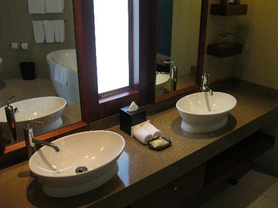 Sheraton Fiji Resort: Sheraton Fiji Ocean Studio 1370 Bathroom Sink Area - LoyaltyLobby