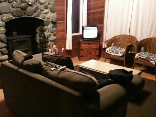 MacKenzie Beach Resort: living room with fireplace