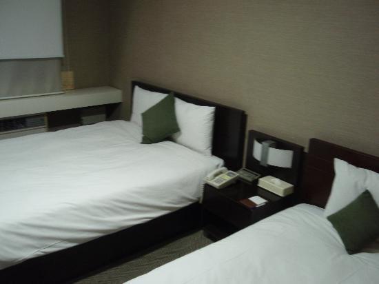 Yoido Hotel : 9階のお部屋 ダブルベッドとシングルのベッドのツインです