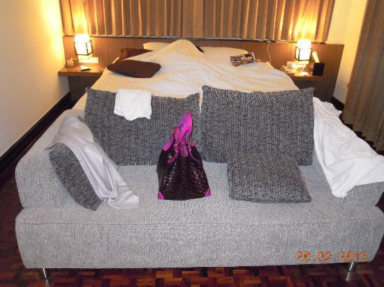 Hotel M Chiang Mai: King sizes bed and sofa for the deluxe room