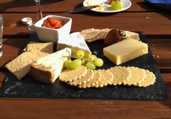 Wookey Hole Inn : Lunch in the garden - cheeseboard & wine!