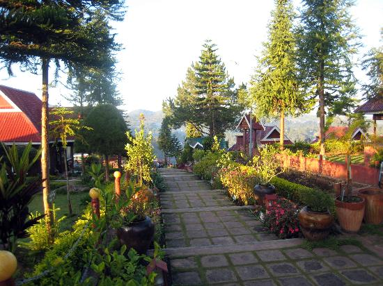 Hill Top Villa Resort Kalaw: The pleasant 'central path' leading through the hotel grounds