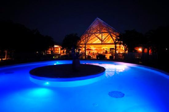 Kawann Beach Hotel: La piscine de nuit