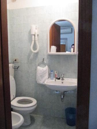 Hotel Rex: fatevi barba-lavatevi denti comodi- seduti al water
