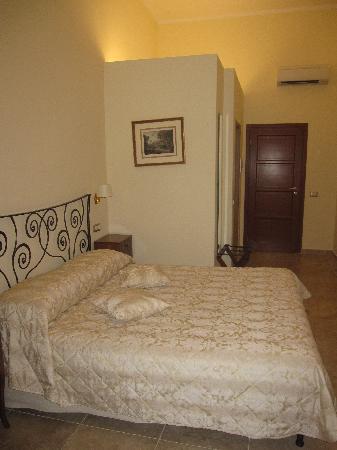 Hotel Le Clarisse al Pantheon: la chambre et son grand lit (à souligner pour un hôtel à Rome)
