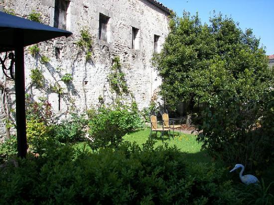 Hotel du Donjon: Le jardin et les vieux murs environnants