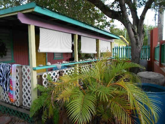 Naniqui Guest House & Rentals: Front Porch of the 2 bedroom cottage