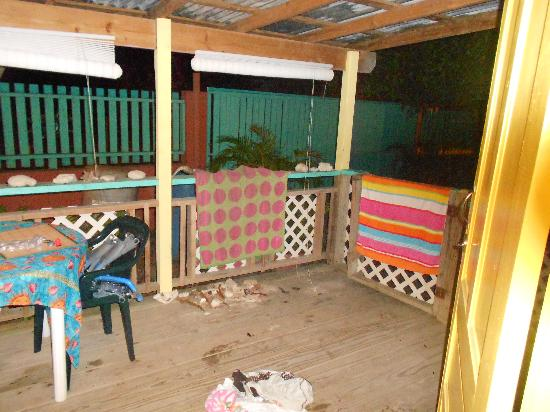 Naniqui Guest House & Rentals: Outside front porch