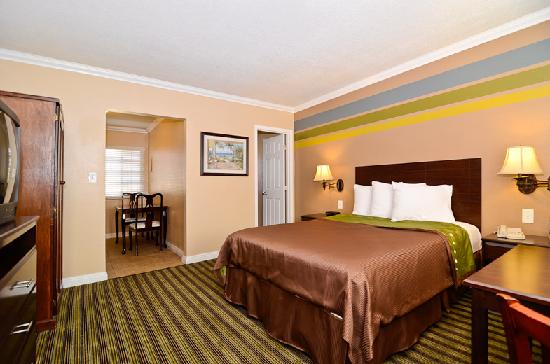 Travelodge Rosemead: Queen Bed Suite with Kitchen