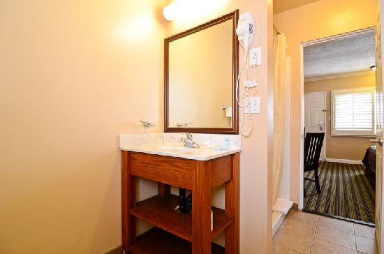Travelodge Rosemead: Bathroom