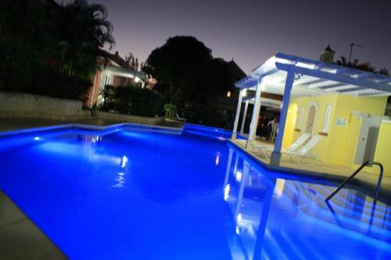 Kings Beach Village: pool at night