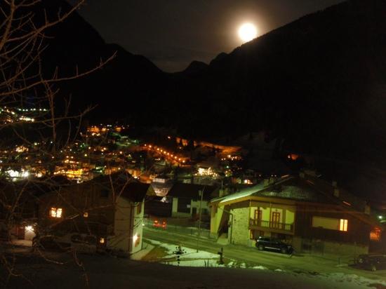 Hotel Piedibosco: Moena di sera, vista dalla Piedibosco