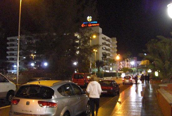 Las Arenas Apartamentos: avda.italia de noche