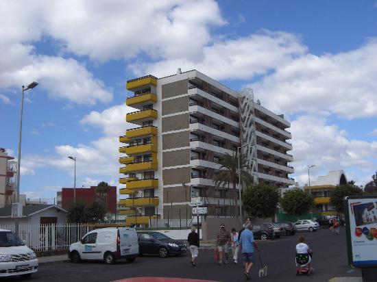 Las Arenas Apartamentos: zona de acceso alpaseo maritimo y ascensor de bajada a la playa