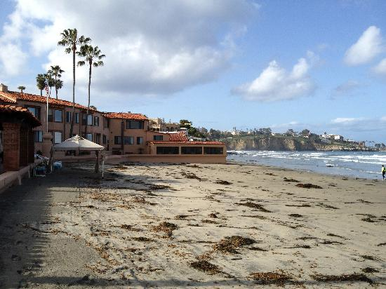 La Jolla Beach and Tennis Club: View south from beachfront of hotel
