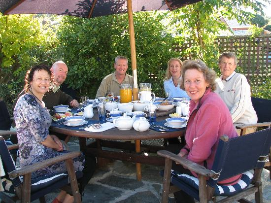 Ambleside Bed & Breakfast: Guests at breakfast in the courtyard