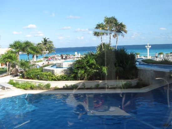Omni Cancun Resort & Villas: vue sur la piscine