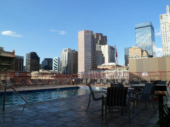 Crowne Plaza Hotel Denver: Outdoor Pool Area 2