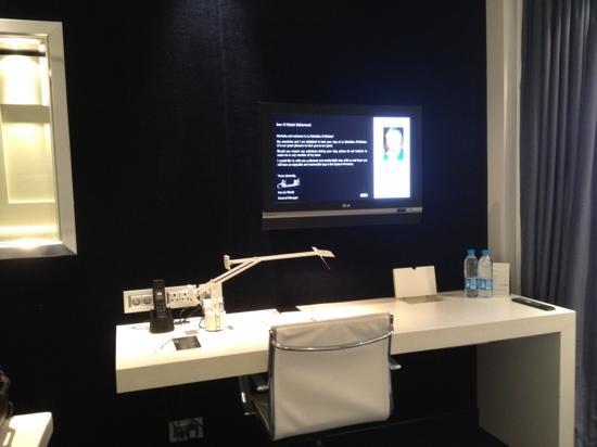 Le Meridien Al Khobar: desk and TV