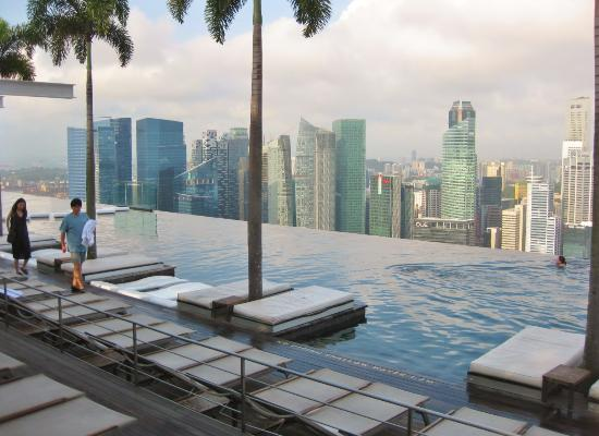 der sch ne pool auf dem dach picture of marina bay sands singapore tripadvisor. Black Bedroom Furniture Sets. Home Design Ideas