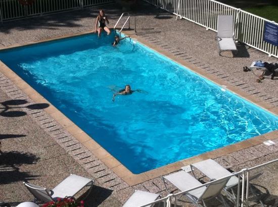 Ibis Styles Besançon : La piscine vue de la chambre.