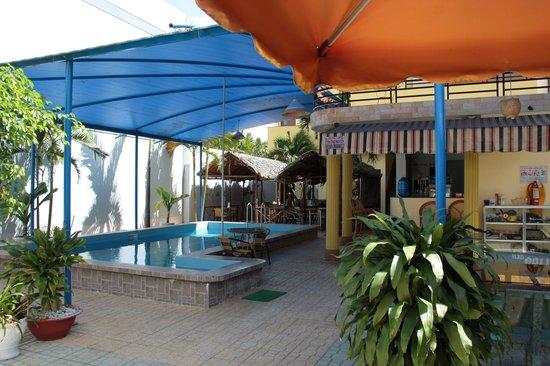 Oasis Hotel: Pool area.