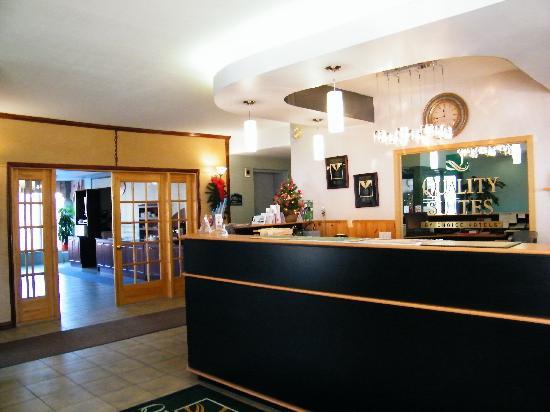 Quality Suites Mont Sainte Anne : Front Desk