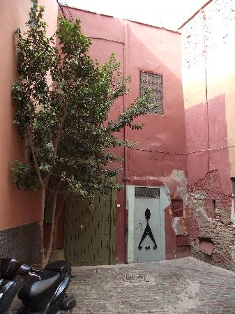 Riad Jardin des Reves: Door to the riad
